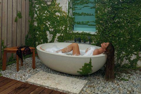 kylie jenner dándose un baño al aire libre