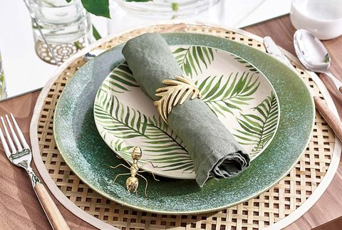 mesa decorada con motivos naturales y vajilla estampada