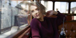 Vrouw in trein reist op vakantie, vliegt liever niet.