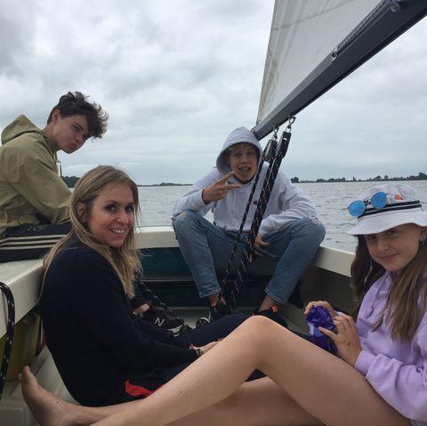 esther goedegebuure met haar gezin op een boot