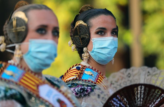 varias mujeres en las fallas de valencia siguen las normas anticovid con mascarillas puestas