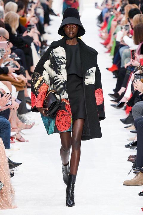 Fashion model, Fashion show, Runway, Fashion, Clothing, Street fashion, Footwear, Shoulder, Joint, Fashion design,