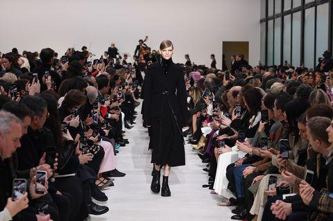 【巴黎時裝週】Valentino 2020 秋冬大秀推出一系列黑色剪裁服裝。