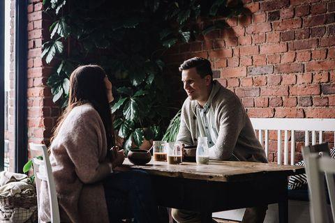 pareja de chica y chico toma café en un restaurante para ilustrar un tema sobre valio quark frambuesa profeel
