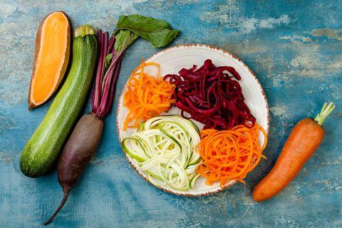 Courgette, biet, wortel en zoete aardappel spaghetti