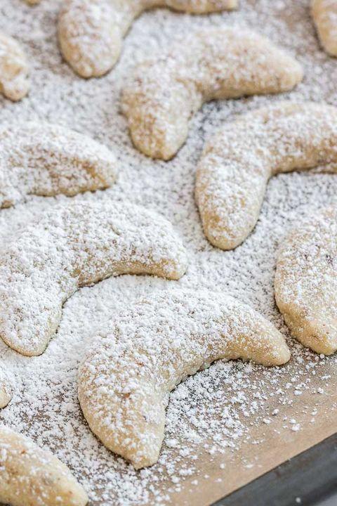 Food, Powdered sugar, Biscuit, Cuisine, Dish, Vanillekipferl, Bredele, Baked goods, Kourabiedes, Ingredient,