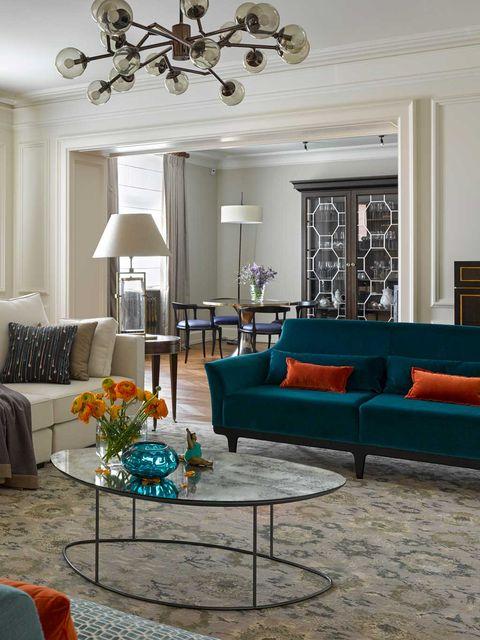 salón con mesa de centro y alfombra