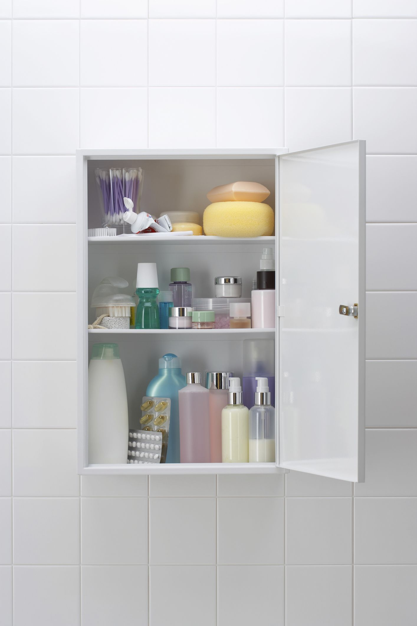 The Expert\'s Guide to Decluttering Your Bathroom Cabinet - Bathroom ...