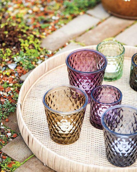 comer en el jardín vasos de colores y bandeja de fibra
