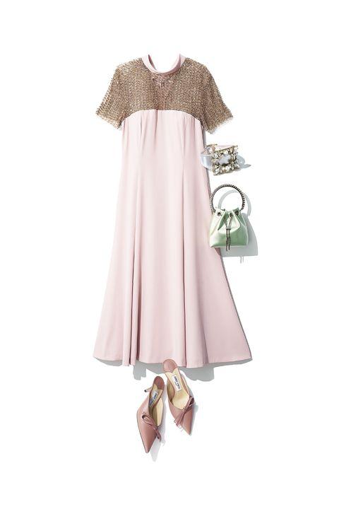 上半身を覆うビジューが華やかな淡いピンクのロングドレス、パンプス、シャーベットカラーのバッグ、ブレスレット