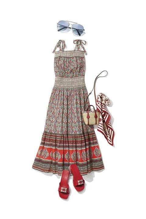 エスニック柄のキャミドレスと赤いサンダル、かごバッグ、スカーフ、薄い青のサングラス