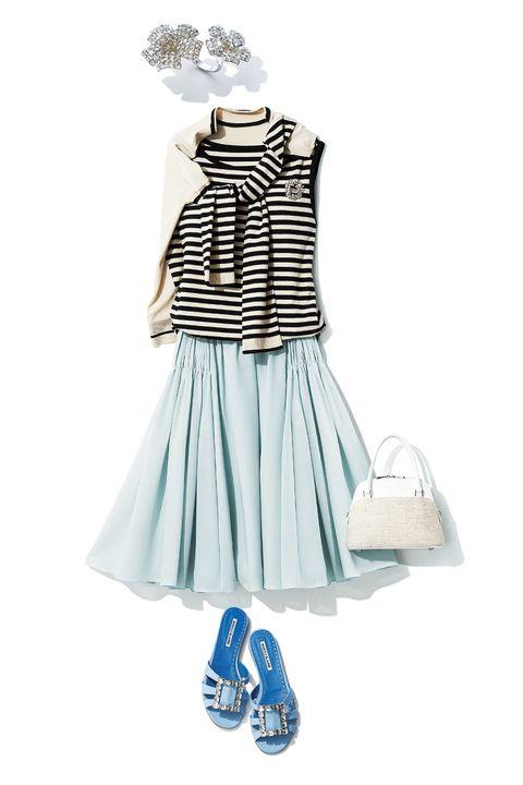 ボーダーニット、パステルブルーのフレアスカート、ブルーのサンダル、麻×白のバッグ、ビジューのリング