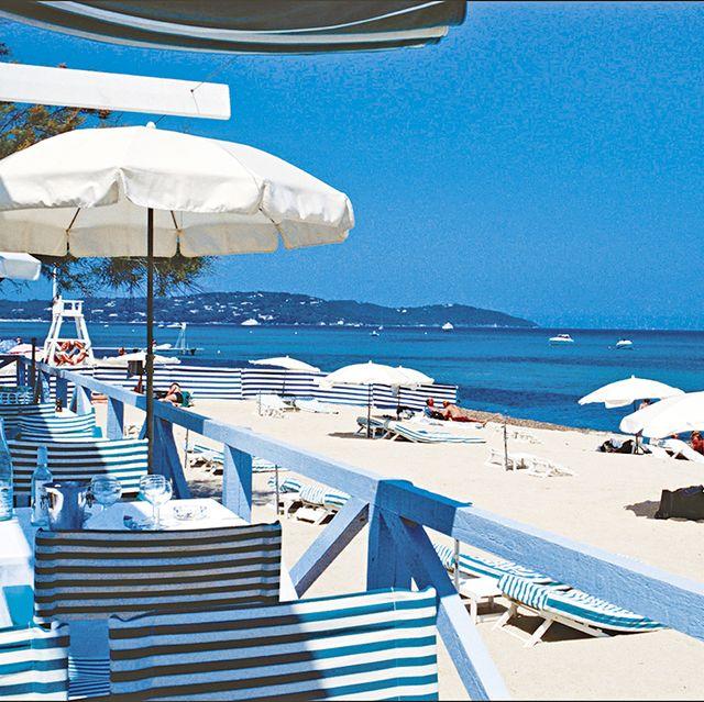 青と白で構成されたヨーロッパのビーチの様子