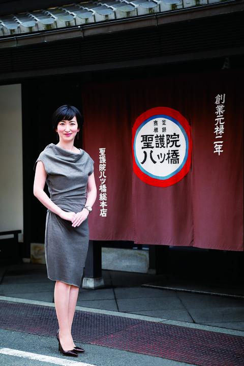 老舗の風格を感じる本店の前に立つ聖護院八ッ橋総本店専務取締役、鈴鹿可奈子さん