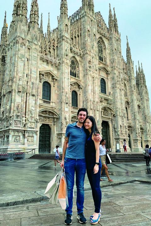 ミラノのドゥオモ前、笑顔で体を寄せ合う角田千佳さんと夫