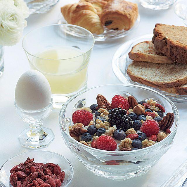 バカラのお皿を使った朝食風景