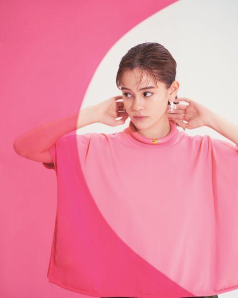 おしゃれ感度が高いことでも有名なモデル、タレントのemmaさんが、ボッテガ・ヴェネタの最新作を着こなします。