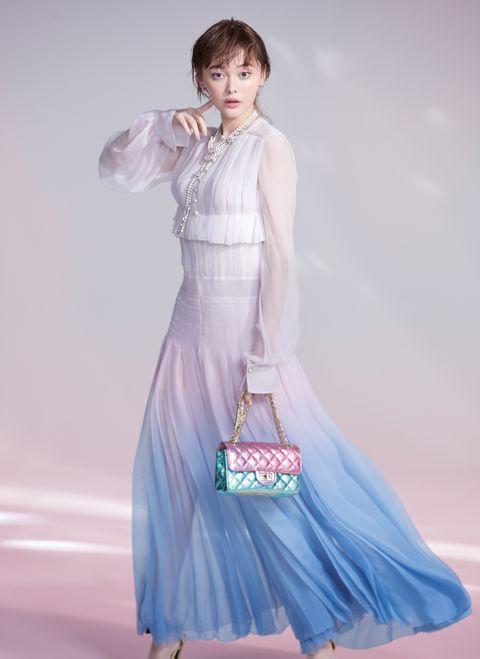 ドレスを着用した玉城ティナ