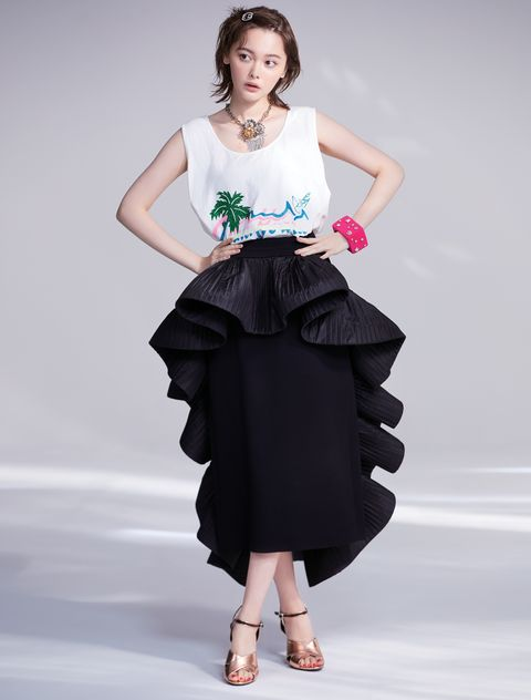ボリューミィなスカートをはいた玉城ティナ