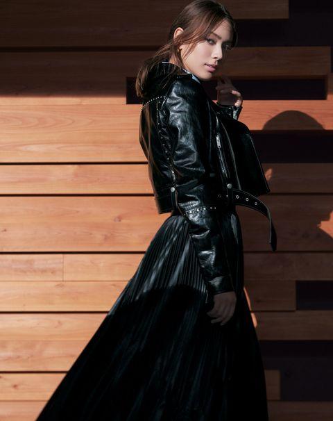 モデル、タレントとしてマルチに活躍中の滝沢カレンさんがジバンシィの最新作を着こなします。