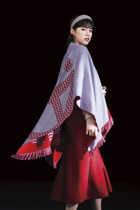 グレーに赤のアルマーニのポンチョ着用のモデル写真