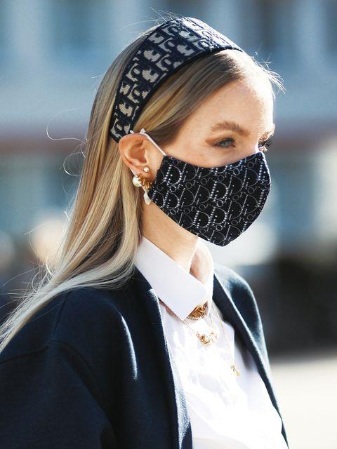 カチューシャとマスクを着用したレオニーハンネ