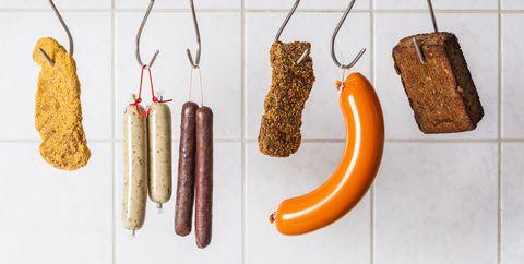 vegetarische stukken vlees en worsten hangen naast elkaar