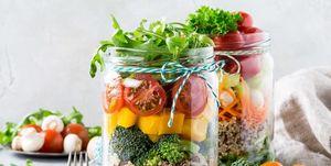 Een salade met allemaal veganistische producten