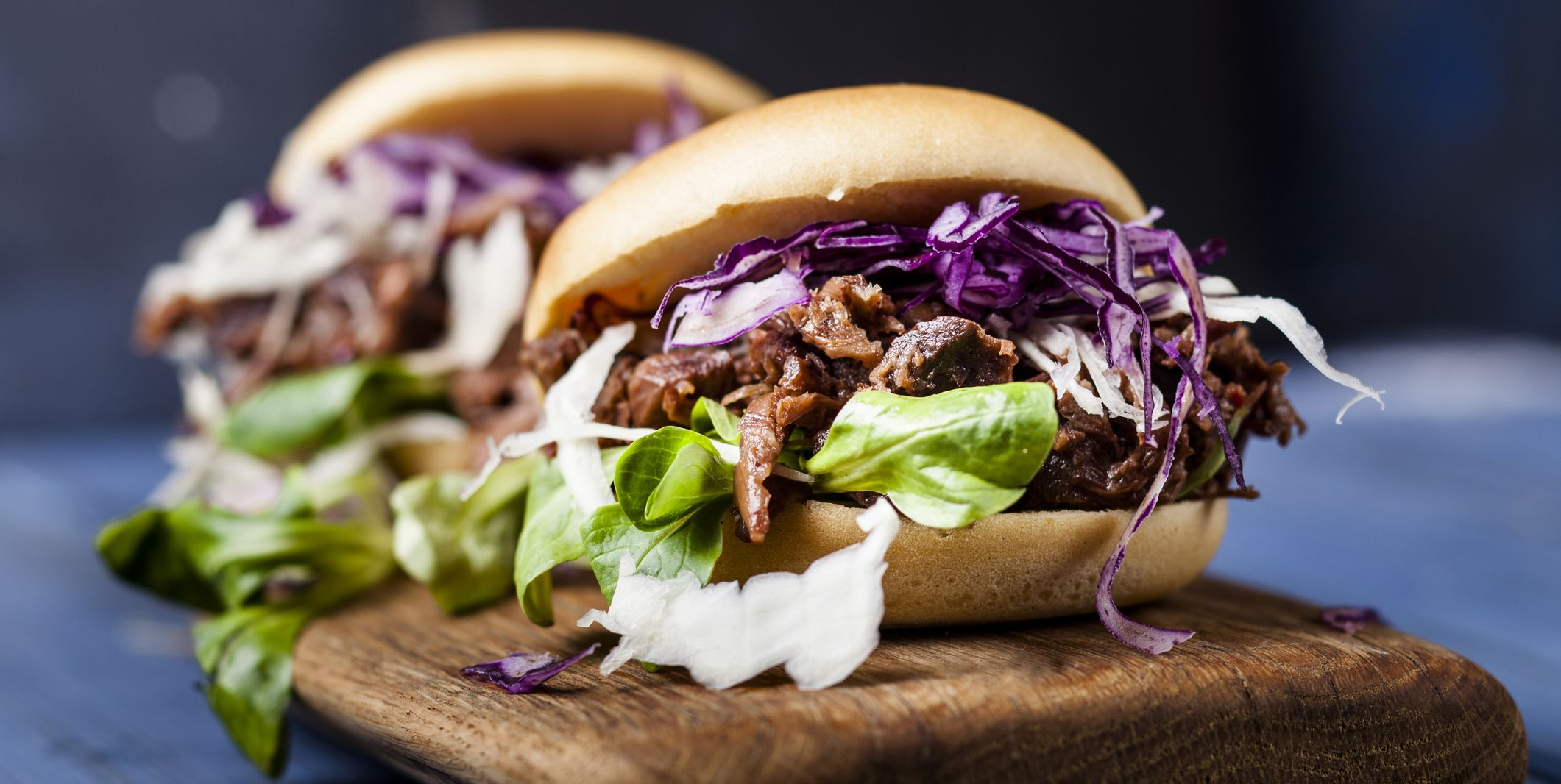 Vegan jackfruit jurger with red cabbage, white cabbage, lamb's lettuce