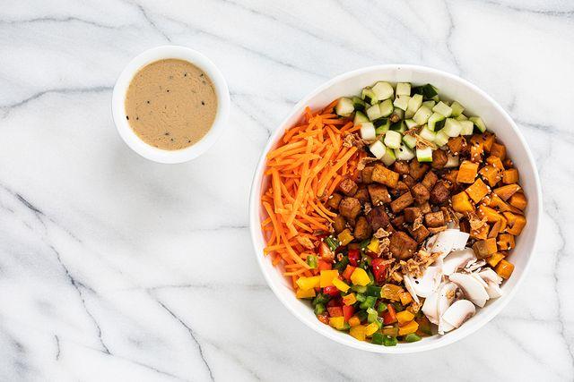vegan poké bowl met tofu, zoete aardappel en champignons van poké perfect