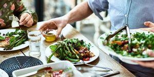 Vegan eten op tafel in een restaurant