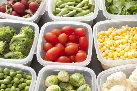 Légumes dans des contenants en plastique