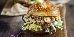 Vegetarian Burger with fried cauliflower, lettuce and curry sauce