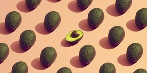 Avocado's op een oranje achtergrond