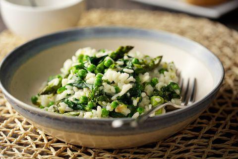 risotto met groene asperges, doperwten en spinazie