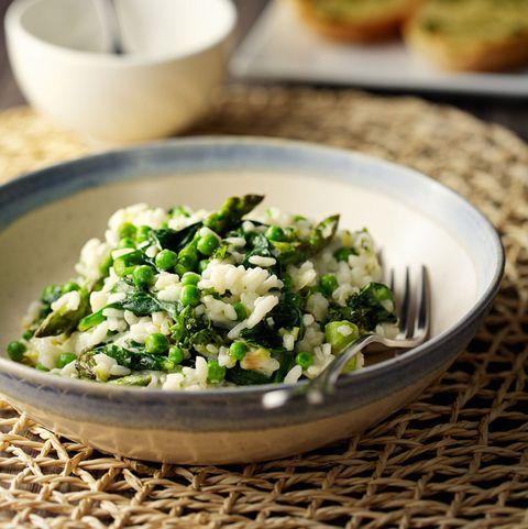 vegetarische risotto met groene asperges, doperwten en spinazie