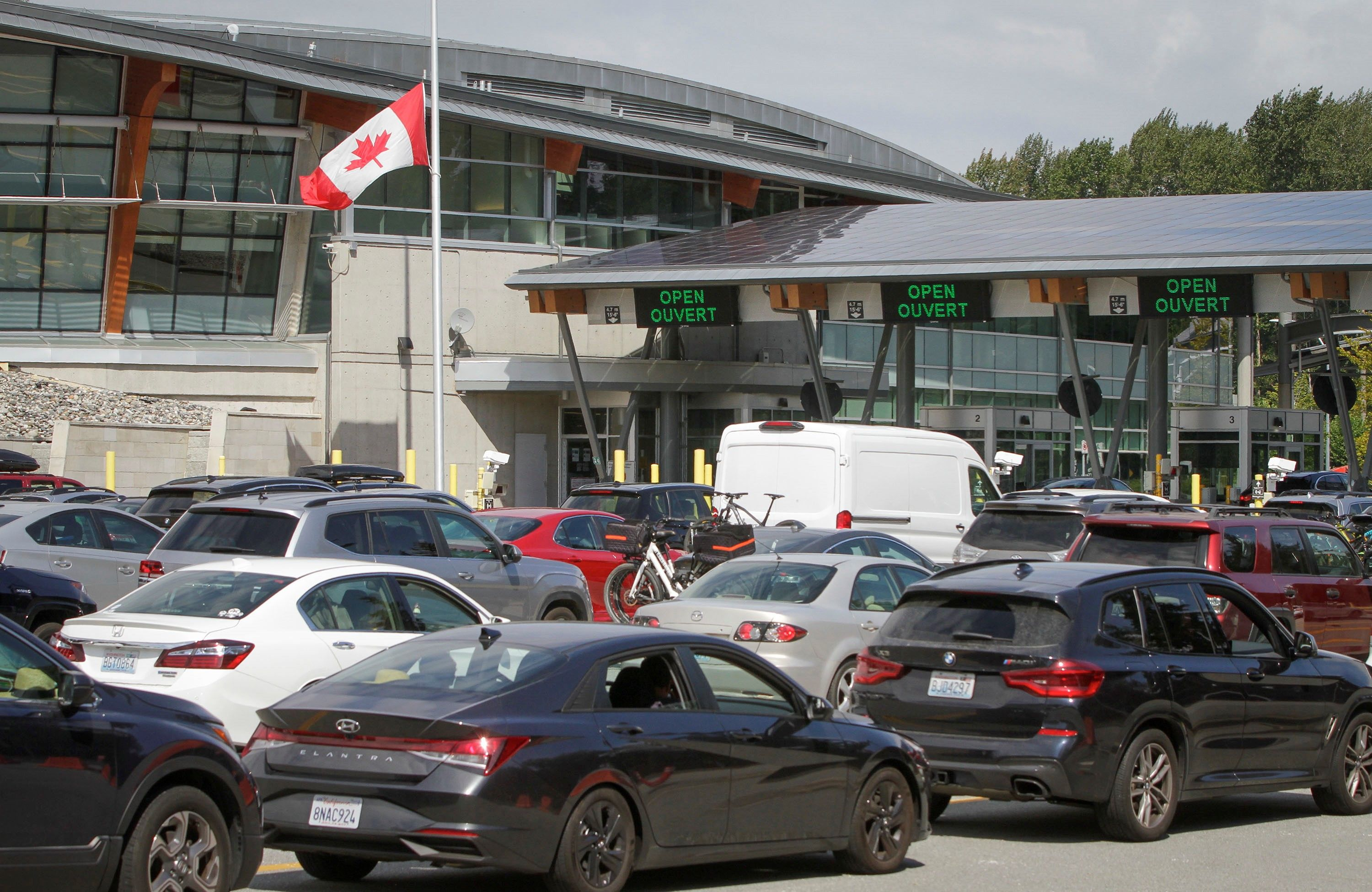 Canada Reopens Its Border to U.S. Travelers, and Cars Line Up