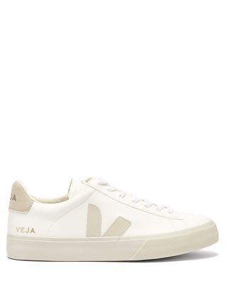 c679991fe23b23 Vogue selecteert de mooiste witte sneakers voor een fris begin van het  nieuwe jaar