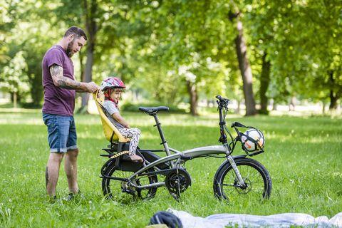 Bicycle tire, Tire, Wheel, Bicycle wheel, Bicycle frame, Bicycle handlebar, Bicycle part, Bicycle wheel rim, Bicycle fork, Bicycle,