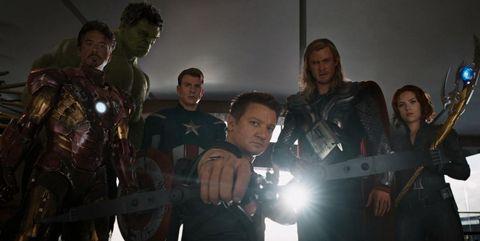 Ojo de Halcon apunta a Loki al final de Los Vengadores