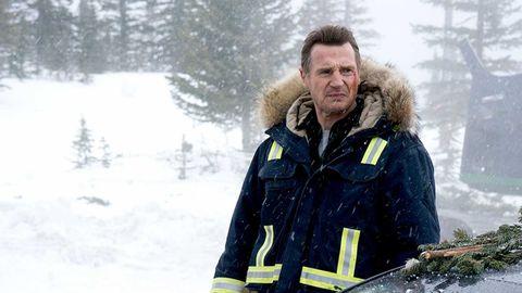 Liam Neeson se abriga en la nieva en la película Vneganza bajo cero