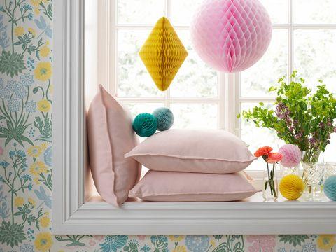 Ventana decorada con papeles de colores