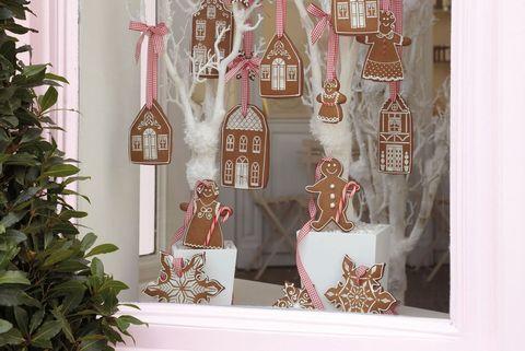 Ventana decorada con galletas de jengibre
