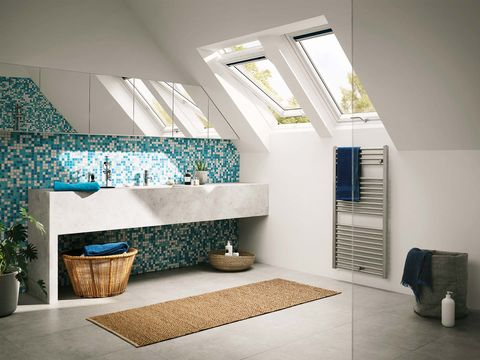 cuarto de baño abuardillado con ventanas en el techo