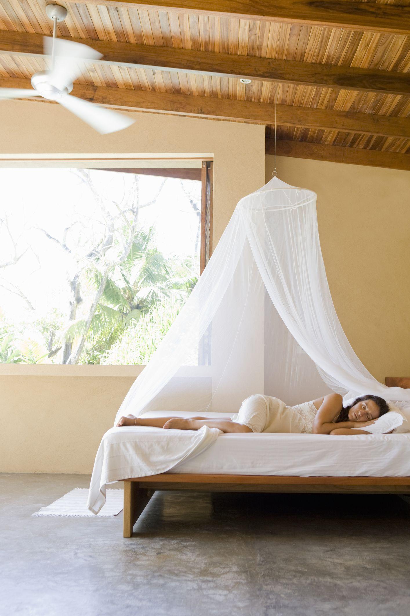 Dormitorio con ventilador en el techo