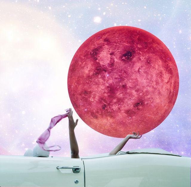 coche mujer y planeta