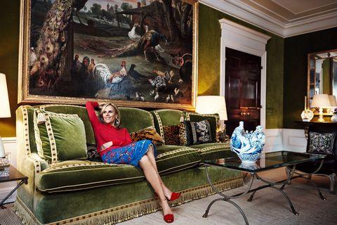 Διάσημες γυναίκες με διάσημους καναπέδες - πράσινο σαλόνι