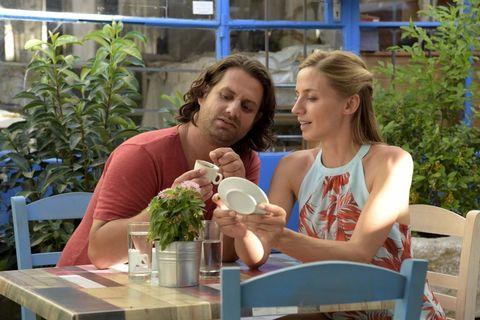 Annika Blendl y Adam Bousdoukosk en la pelicula Un Verano en Chipre (Ein Sommer auf Zypern)