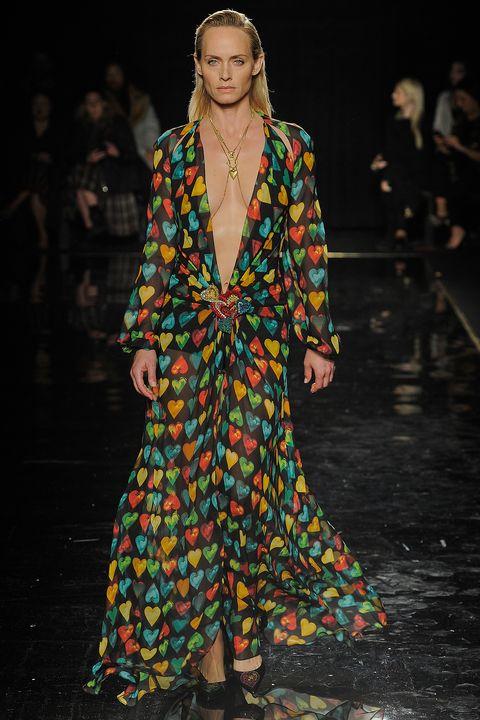 Fashion model, Fashion show, Fashion, Runway, Clothing, Event, Haute couture, Outerwear, Fashion design, Dress,
