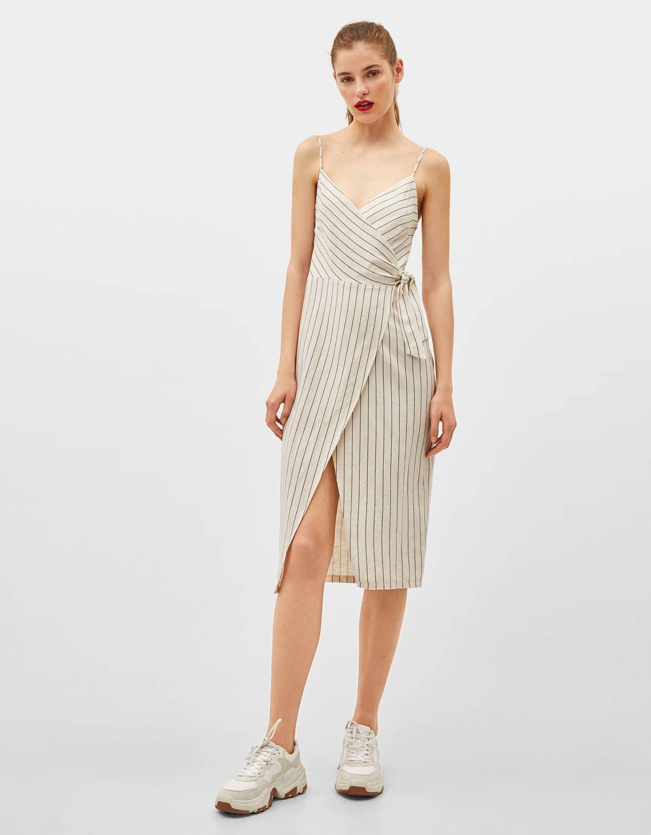 Este vestido de Bershka tiene un diseño que hace que tu escote se vea espectacular tengas la talla que tengas